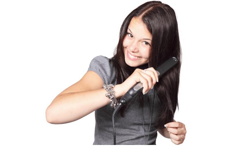 Piastrare i capelli dopo averli pettinati