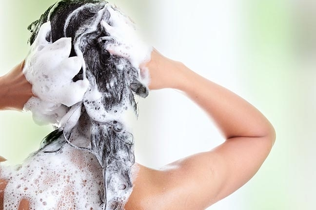 Evitare di strofinare i capelli quando si lavano